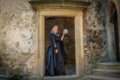 Gotická-netradiční-svatba-Helfštýn-nevěsta-s-lebkou-černé-šaty-Hrad-hradě