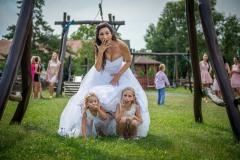 Děti-pod-sukní-nevěsty