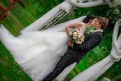 nevěsta-a-ženich-pod-oltářem