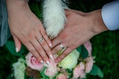 psí-tlapka-na-ruce-a-prsteny