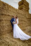 svatební-focení-na-poli-s-balíky-slámy