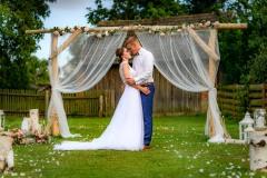 svatební-foto-u-oltáře-ženich-s-nevěstou