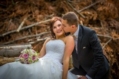 svatební-pár-focený-v-lese