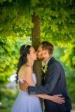 svatební-polibek-pod-stromem